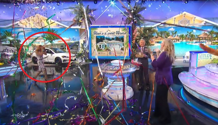 'Thank goodness it wasn't my eye': Vanna White gets 'whacked in the head with a clump of confetti' - WJW FOX 8 News Cleveland