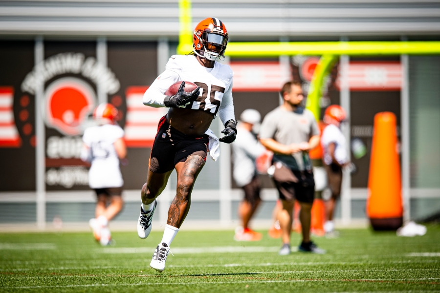 Tight end David Njoku (85) during the fifth day of training camp on August 2, 2021.